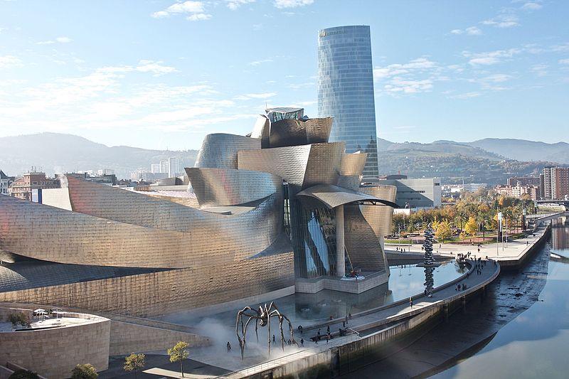 Museo Guggenheim de Bilbao con fachada de piedra caliza