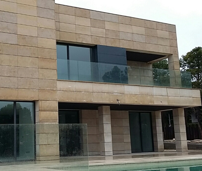 Caliza camel cupa stone para una fachada ventilada en la moraleja cupa stone - Fachadas piedra natural ...
