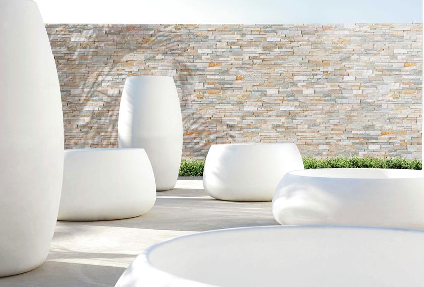 La piedra natural de diferentes tonalidades se combina con otros materiales constructivos
