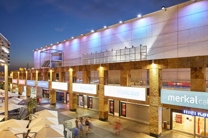 Fachada ventilada del centro comercial Nassica con Cuarcita Carioca Bronce