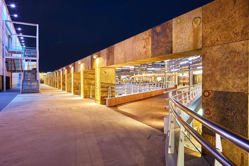 Cuarcita Carioca Bronce en la fachada del centro comercial Nassica