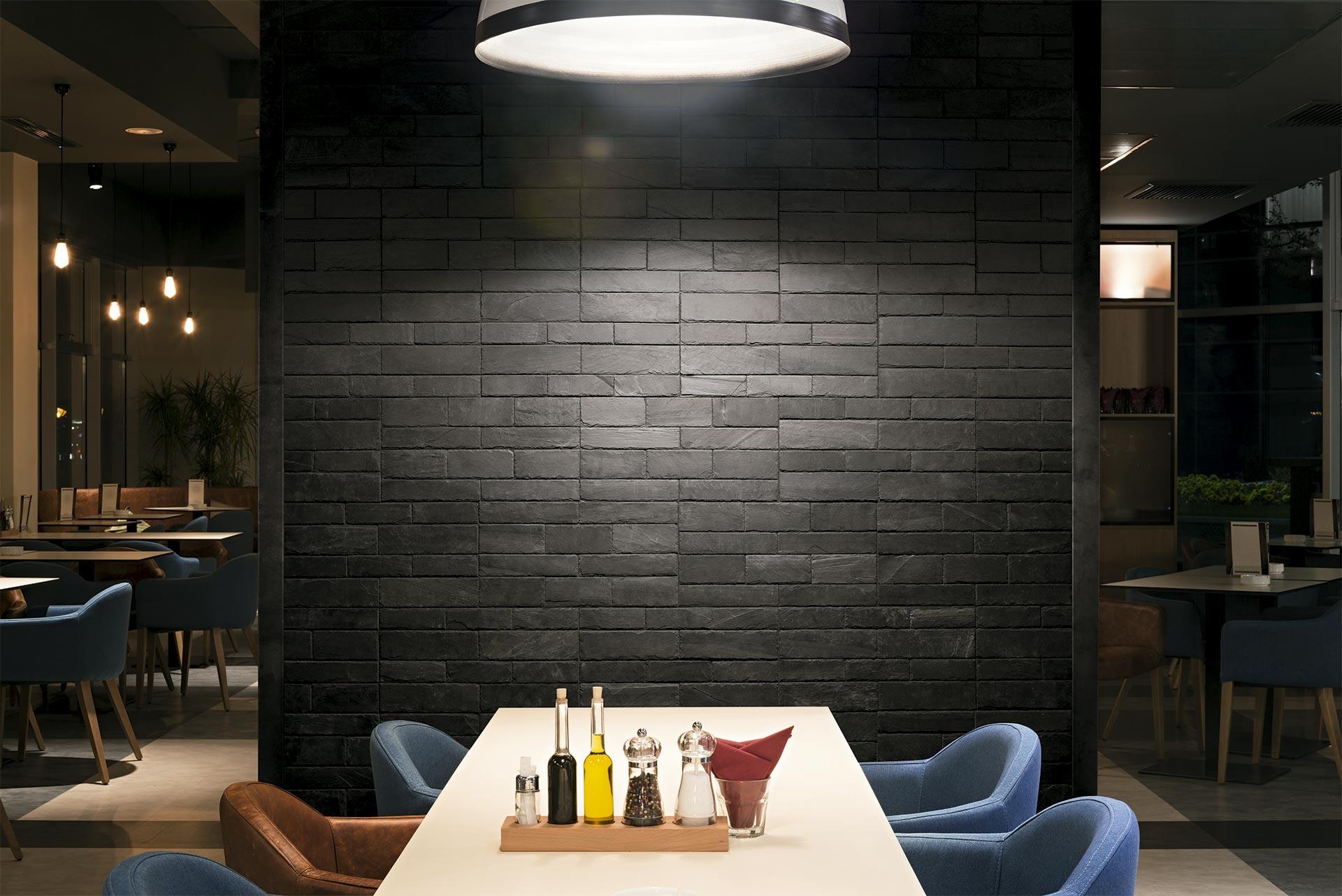 stonetack instalado en la pared de un restaurante