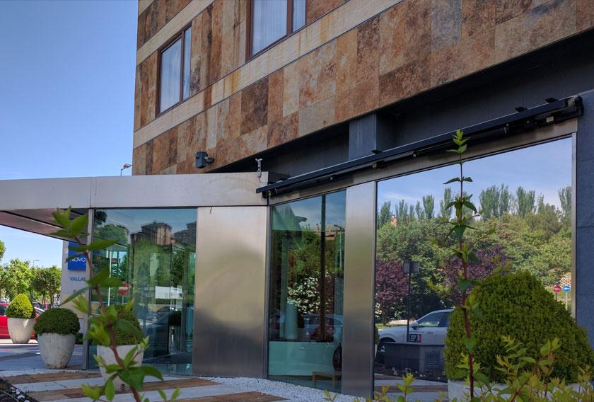 Fachadas con zocalo de piedra cheap fachada jpg with for Zocalos de fachadas fotos