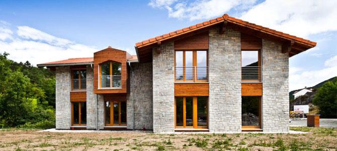 Casa pasiva con fachada de piedra natural