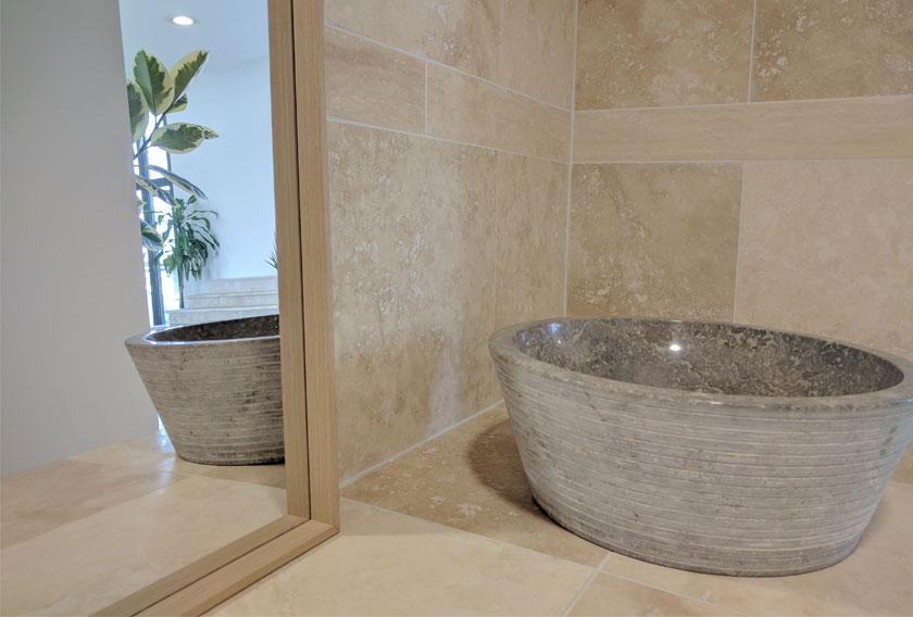5 usos de la piedra natural para tu ba o for Banos de piedra natural