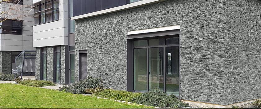 STONEPANEL Laja Jet Dark instalado en la fachada de un edificio