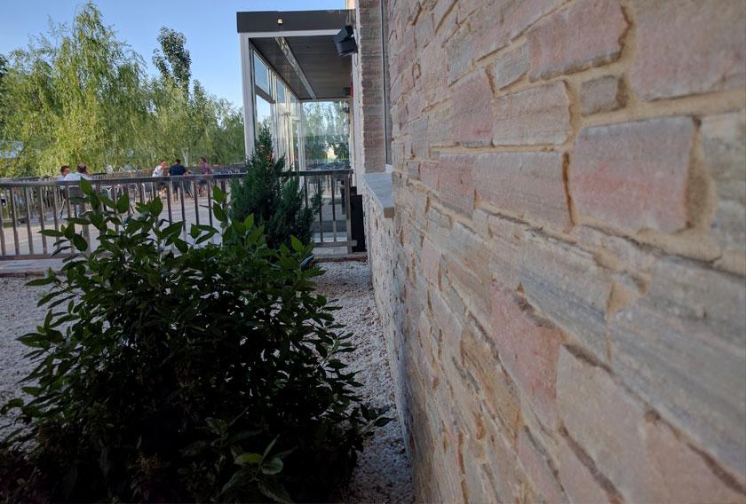 Cuarcitas de Villafranca en la fachada