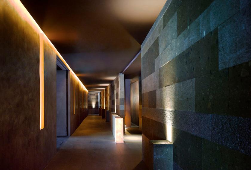 Restaurante con paredes de piedra natural