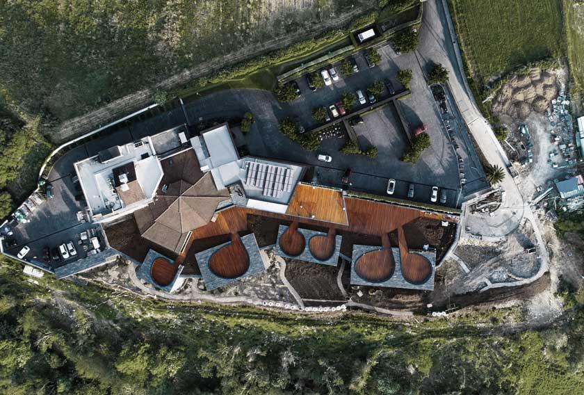 Vista aérea del Hotel Akelarre revestido de Filita Moaré CUPA STONE