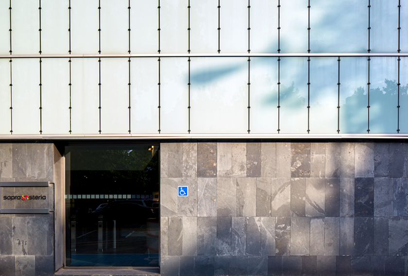 Edificio Sopra Steria revestido con la Pizarra Graffiti CUPA STONE