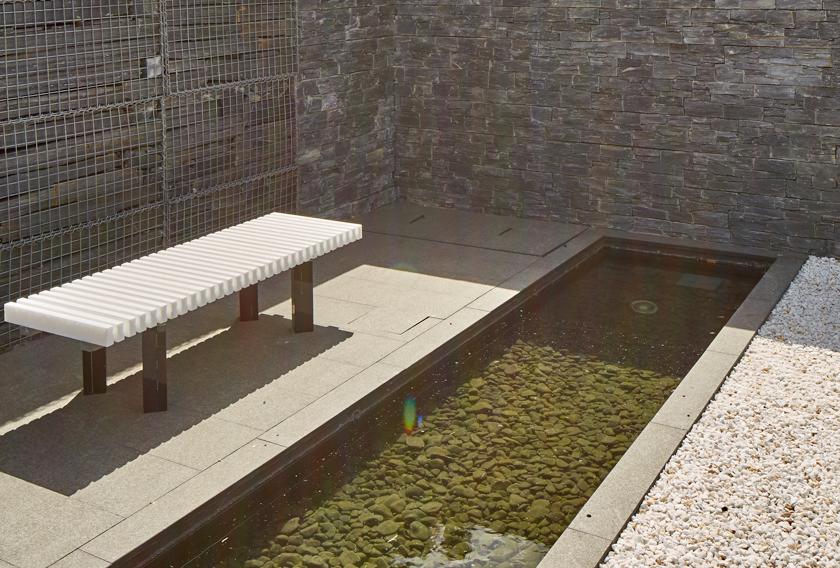 Muros de piedra natural para crear focos de atención en jardines