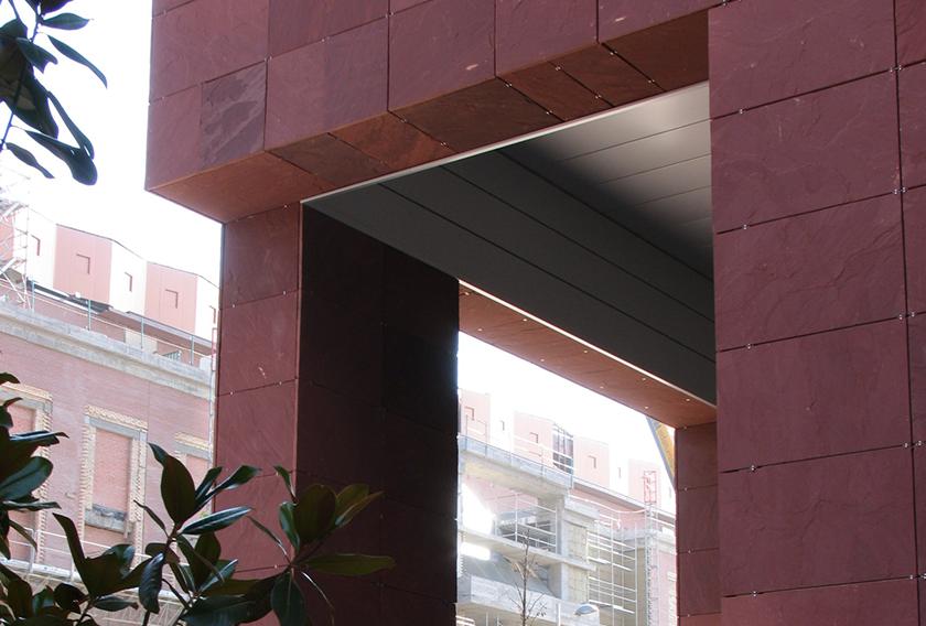 Arenisca Chocolate CUPA STONE en la fachada de un edificio