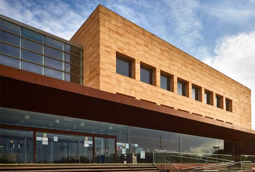 Arenisca Teka CUPA STONE en la Biblioteca del Campus Universitario Rey Juan Carlos de Fuenlabrada en Madrid