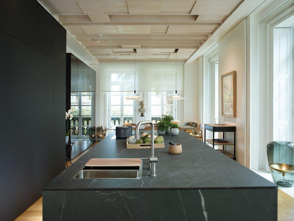 Diseño de cocina Santos con Pietra Grey de SapienStone que CUPA STONE distribuye en exclusiva en España