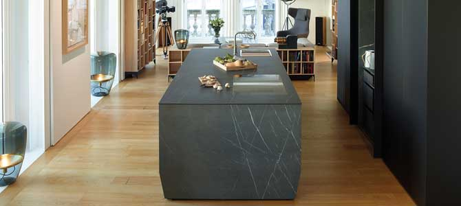 Isla de cocina con Pietra Grey de SapienStone que CUPA STONE distribuye