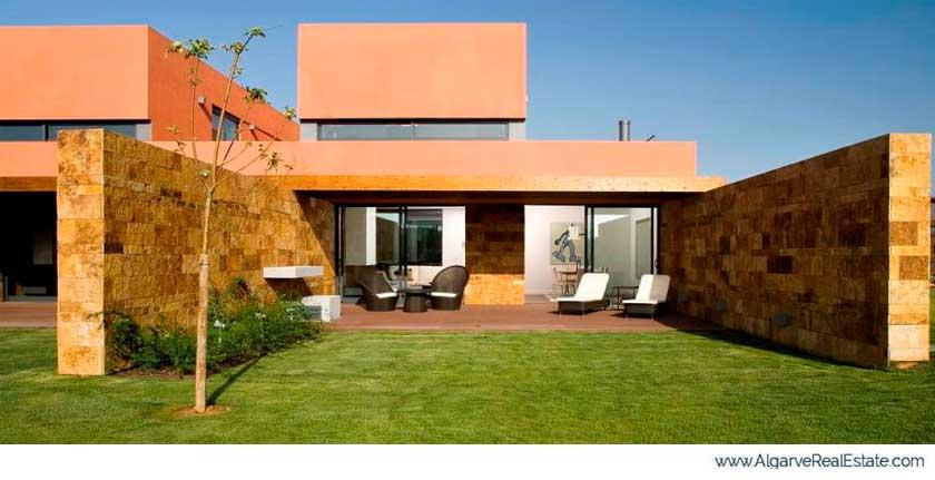 Complejo residencial L'Orangerie de Vilamoura en Portugal con Cuarcita Carioca Bronce CUPA STONE en las fachadas