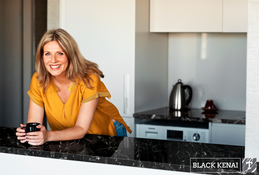Encimera de Black Kenai en cocina blanca