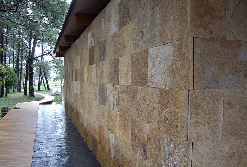 Cuarcita Carioca Bronce CUPA STONE en una fachada