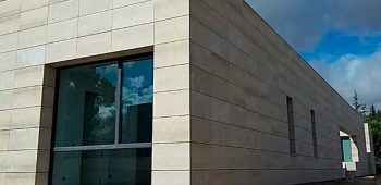 Caliza Camel CUPA STONE para una fachada contemporánea