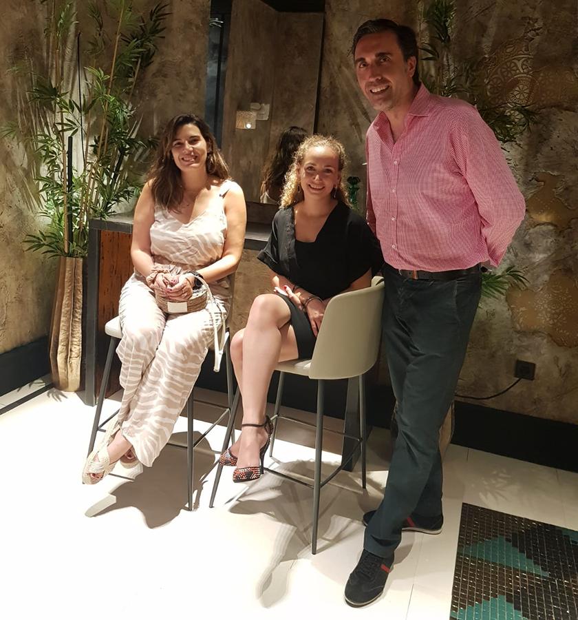Guillermo Oviedo, director de los centros CUPA STONE en España, la interiorista Sandra Amate, en el centro, y María Segura, responsable de la empresa Piedra Paloma