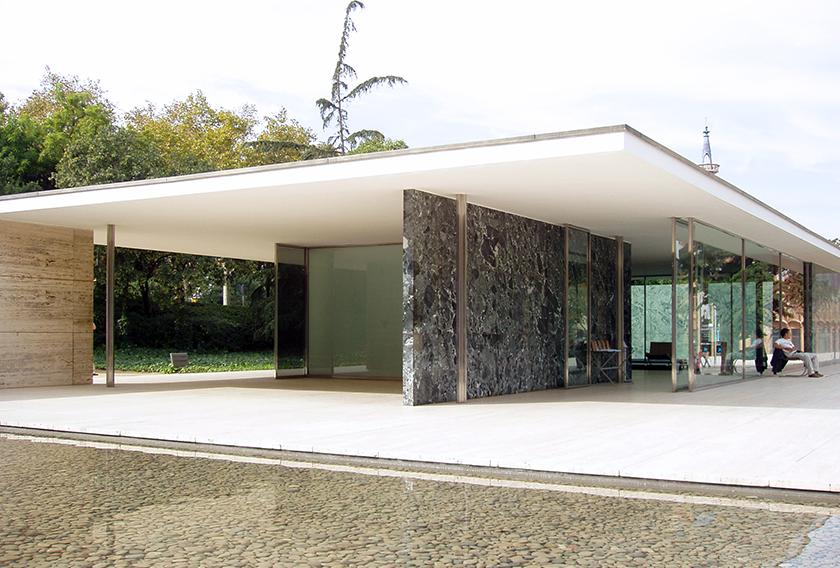 Pabellón de Mies van der Rohe con fachadas de mármol travertino