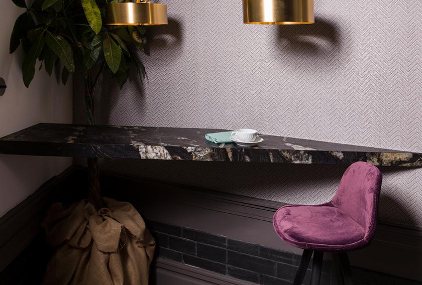 Barra de desayuno creada con la Dark Sienna de CUPA STONE para el espacio de CUPA STONE en Casa Decor 2018