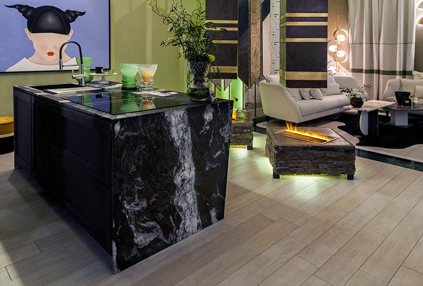 Isla de cocina utilizada para separar la cocina del salón en el espacio de Cupa Stone en Casa Decor 2018