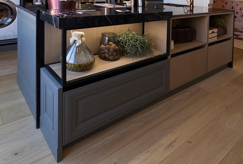 Isla de cocina con espacio de almacenamiento creada con el gres porcelánico Dark Marquina de SapienStone, marca distribuida por Cupa Stone, en el espacio de Línea 3 Cocinas en Casa Decor 2019